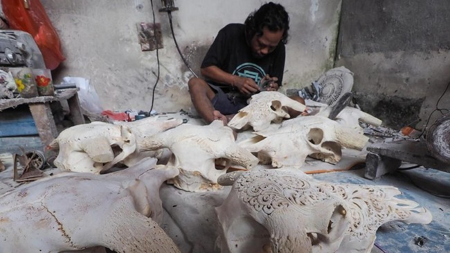 I Gede Parna telah menekuni pekerjaan sebagai pengukir kepala kerbau sejak puluhan tahun lalu. Kini, hasil karyanya banyak diminati turis mancanegara.(Anadolu Agency/Mahendra Moonstar)