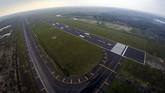 Pengembangan landasan pacu (runway) Bandara Internasional Jawa Barat (BIJB) di Kertajati, Majalengka, Jawa Barat, ditargetkan mencapai 3.000 x 60 meter pada Oktober mendatang. (ANTARA FOTO/Raisan Al Farisi)
