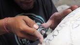 Ukiran seni kepala kerbau hasil karya I Gede Parna biasanya dipajang di salah satu toko suvenir di Gianyar, Bali.(Anadolu Agency/Mahendra Moonstar)