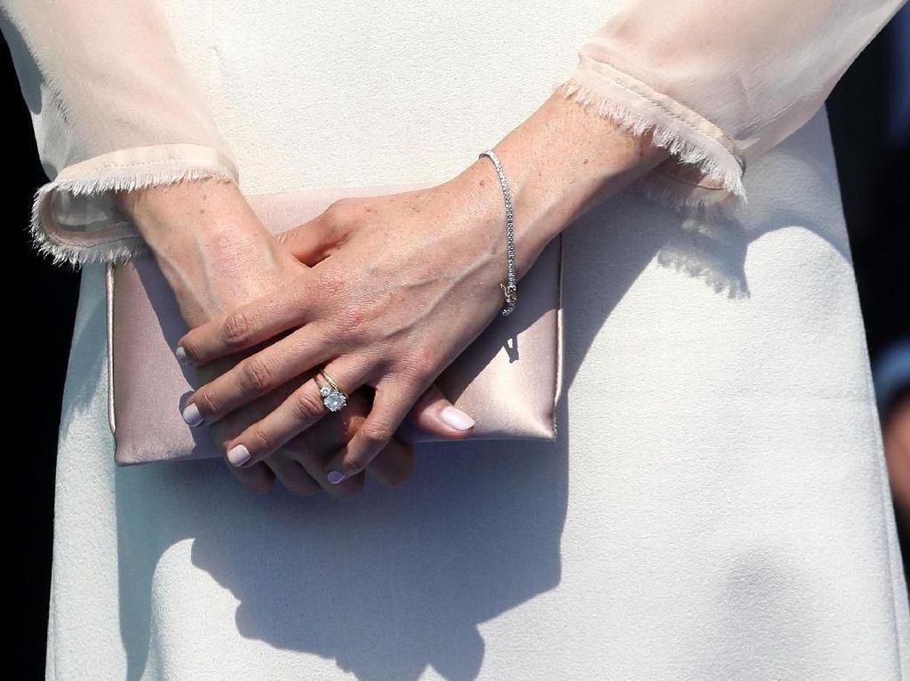 Foto: Gaya Meghan Markle Pakai Gelang Seharga Mobil Setelah Menikah