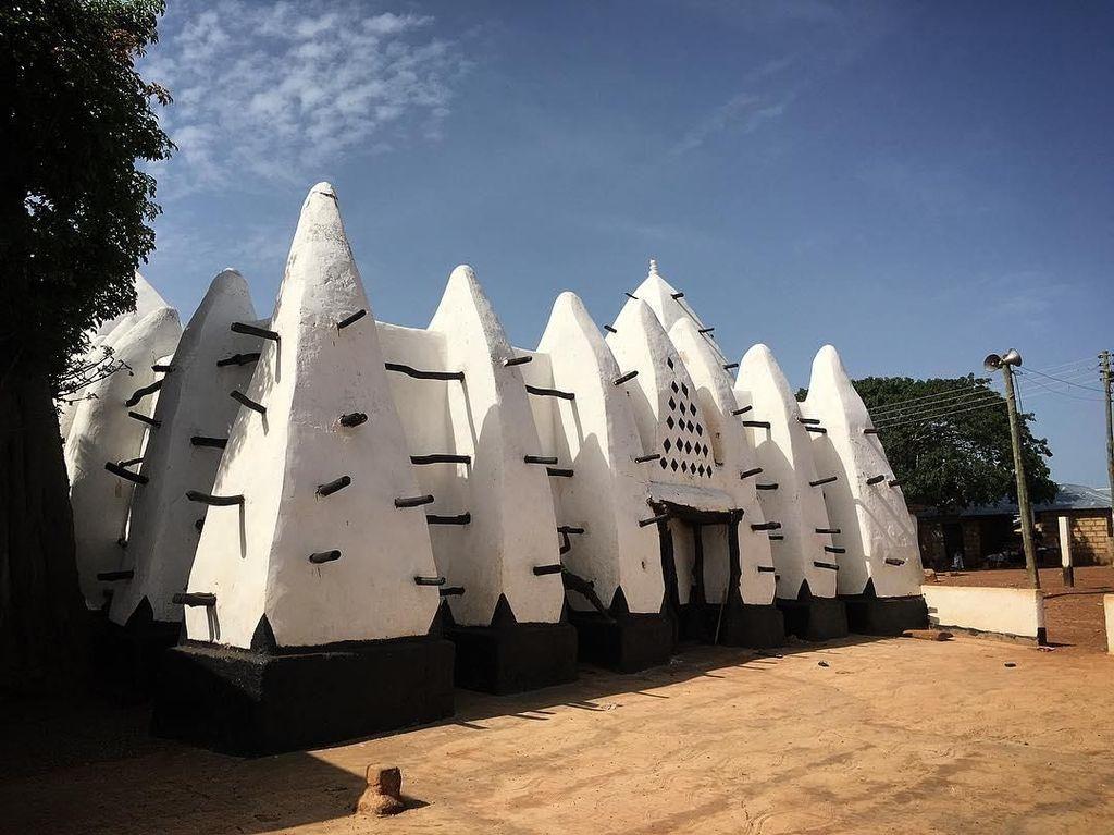 Foto: Batu Ajaib dan Masjid Lumpur Tertua di Ghana