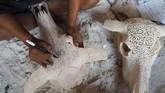 Ukiran tangan I Gede Parna di sekitar dahi hingga tulang hidung kepala kerbau memiliki detail yang rumit, namun penuh presisi. (Anadolu Agency/Mahendra Moonstar)