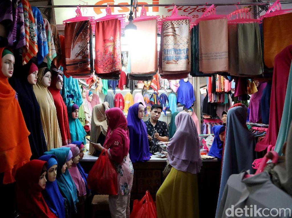 Para pedagang ramai menjual busana muslim.
