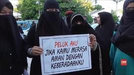 VIDEO: Wanita Bercadar Gelar Aksi 'Peluk Aku'