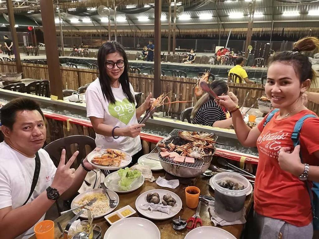 Serunya Mancing Sendiri Lobster dan Kepiting di Resto Buffet Seafood Ini