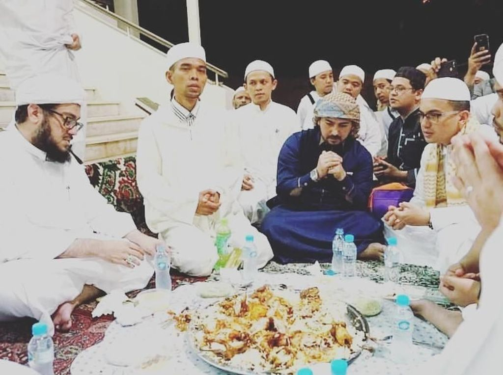 Intip Gaya Asyik Ustaz Tampan, Ahmad Al Habsyi saat Makan Hidangan Timur Tengah