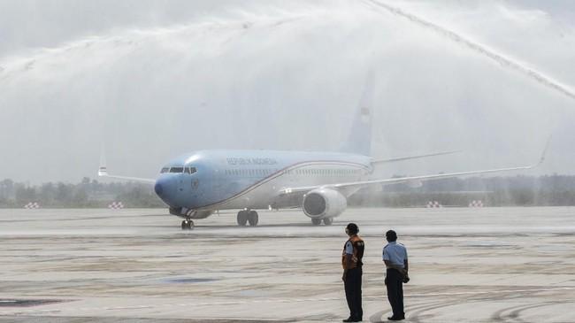 Pesawat Kepresidenan disambut prosesi water salute saat mendarat di Bandara Internasional Jawa Barat (BIJB) Kertajati, Majalengka, Jawa Barat, Kamis (24/5). Pesawat tersebut merupakan pesawat pertama yang mendarat di BIJB Kertajati dalam rangka kunjungan kerja Presiden di Jawa Barat. (ANTARA FOTO/M Agung Rajasa)