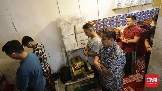 Beradu ruang dengan barang dagangan atau stok barang pun tak masalah bagi jemaah yang ingin salat Jumat di pasar Tanah Abang.