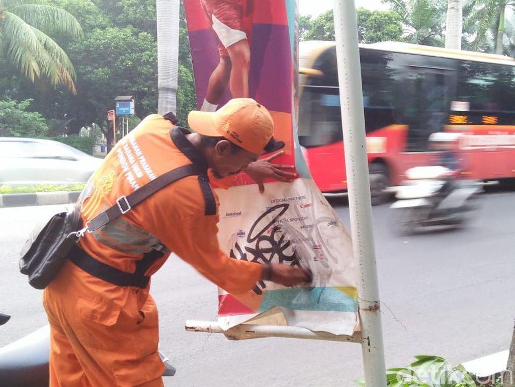 Sore ini, pasukan oranye membersihkan coretan pada banner Asian Games di Pondok Indah. Sudah 19 banner yang dibersihkan dari coretan.