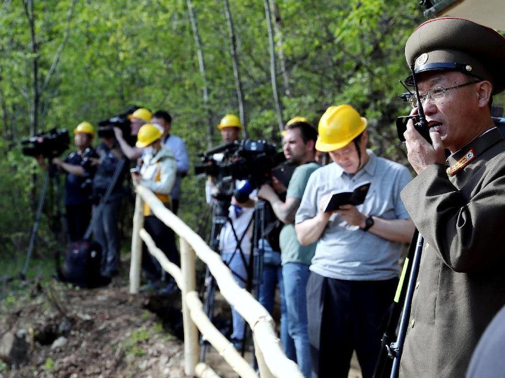 Aksi para wartawan sebelum peledakan 3 terowongan nuklir di Punggye-ri, Provinsi Hamgyong Utara (Foto: Dok. News1/Pool via REUTERS)