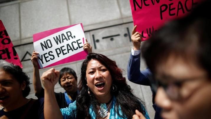 Women attend a protest against U.S. President Donald Trump near U.S. embassy in Seoul, South Korea, May 25, 2018. REUTERS/Kim Hong-Ji