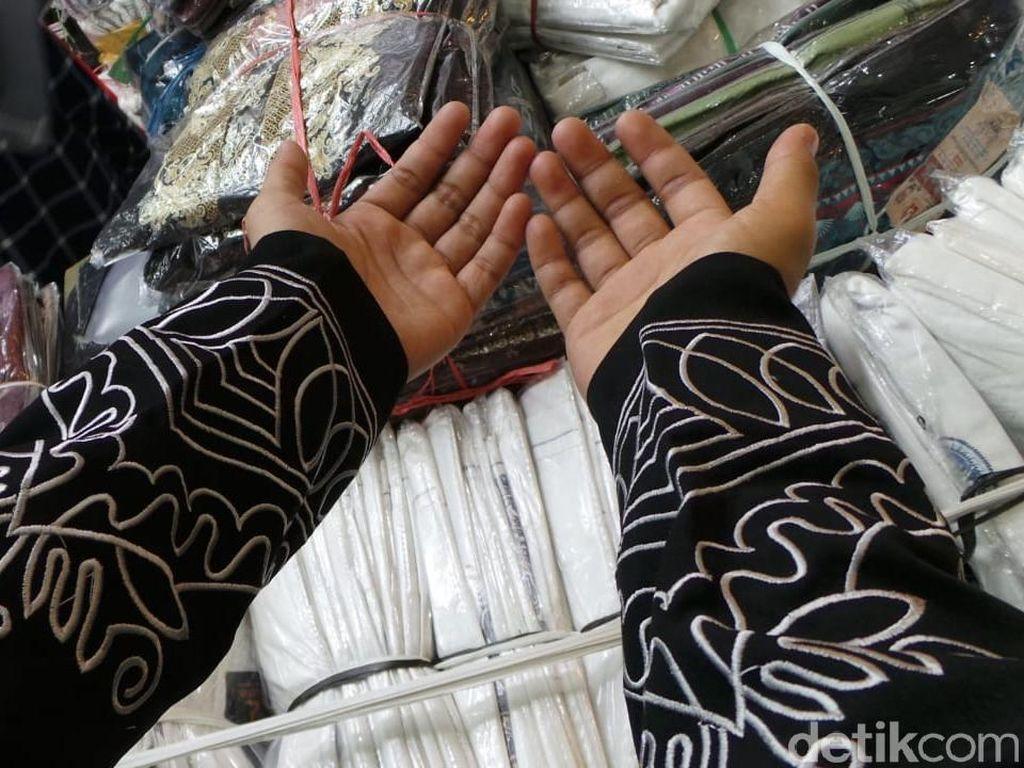 Tidak hanya itu, di bagian lengan Baju Koko Black Panther juga dibordir dengan benang silver motif bergelombang sehingga tampak terlihat segar karena desainnya berbeda dengan baju koko lain.
