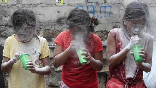 Wajah para perempuan tertutup serbuk putih dalam sebuah perayaan mengingat Santa Rita de Cascia di Baclaran, kota Paranaque, Metro Manila, Filipina. (REUTERS/Romeo Ranoco)