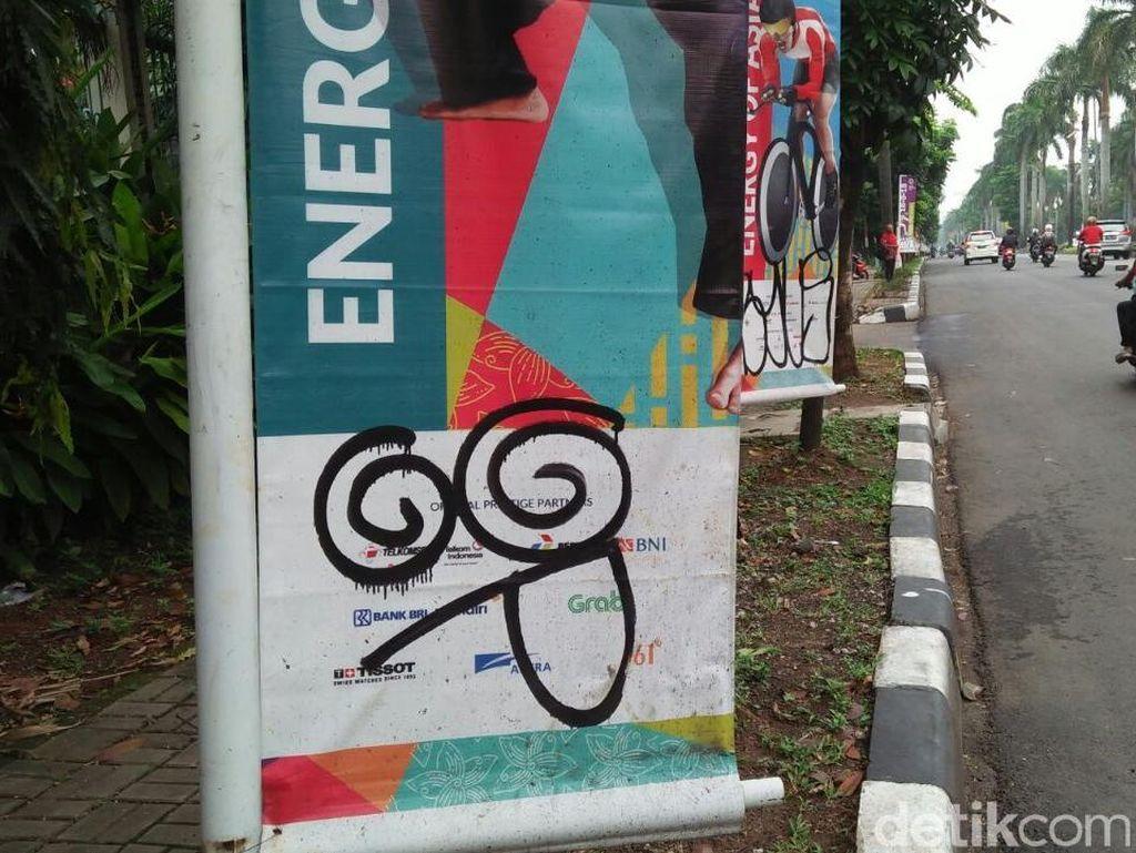 Pantauan detikcom, Jumat (25/5/2018) pukul 09.45 WIB, ada 79 banner yang berjajar di pinggir jalan Metro Pondok Indah, Kelurahan Pondok Pinang, Kebayoran Lama, Jaksel. Dari jumlah itu, ada 29 banner yang dicoret.