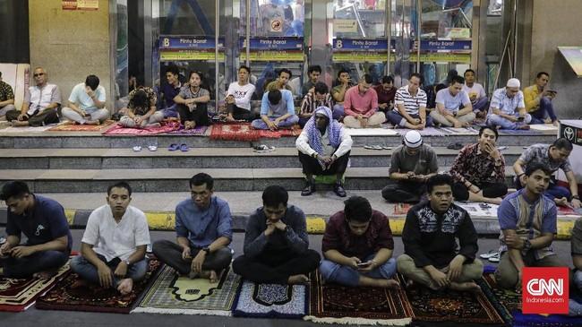 Jamaah terpaksa melakukan salat di lorong kios karena terbatasnya fasilitas tempat ibadah salat yang tersedia tidak sebanding dengan jumlah pengunjung dan pedagang pasar tekstil terbesar se-Asia Tenggara tersebut.