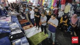 FOTO: Menyeruak 'Ruang Sempit' Salat Jumat di Tanah Abang