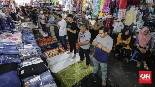 Terbatasnya ruang salat membuat pedagang dan pengunjung pasar Tanah Abang memanfaatkan 'ruang sempit' untuk melaksanakan salat Jumat di selasar Blok A Pasar Tanah Abang, Jakarta Pusat, Jumat, (25/5).