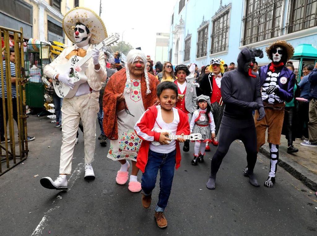Para Badut dan warga bercampur dalam kebahagian berparade. Foto: REUTERS/Guadalupe Pardo