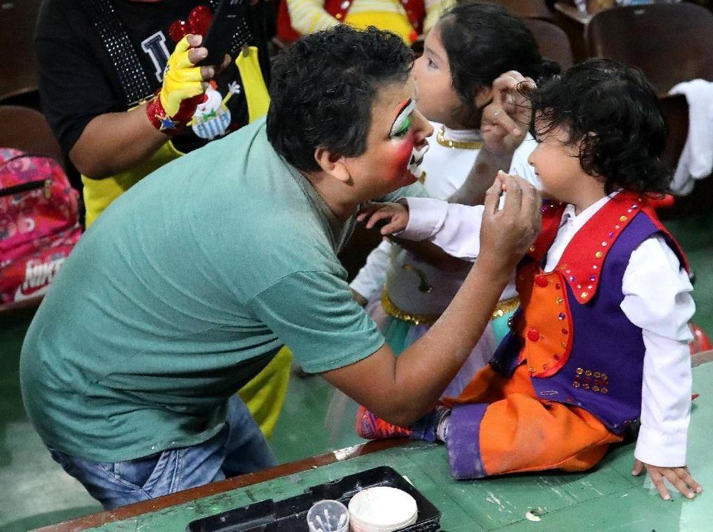 Tidak hanya orang dewasa anak-anak pun ikut merias diri menjadi badut. Foto: REUTERS/Guadalupe Pardo