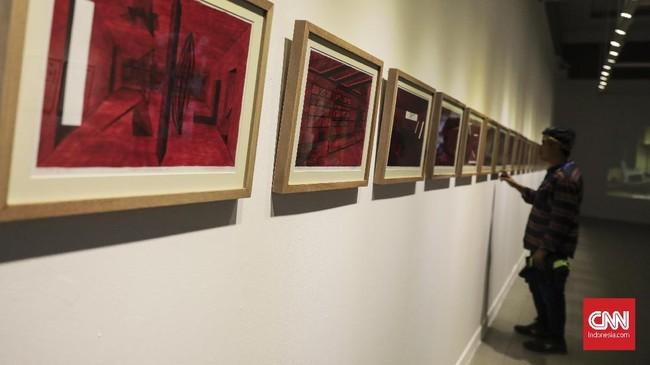 Hafiz Rancajale, seniman, kurator, pembuat film, serta salah satu pendiri organisasi Forum Lenteng dan RuangRupa menggelar pameran 'Social Organism' di Gedung Galeri Nasional Jakarta. (CNN Indonesia/ Hesti Rika)
