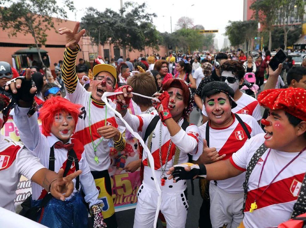 Parade ini dilakukan dalam memeriahkan hari badut di Peru. Foto: REUTERS/Guadalupe Pardo