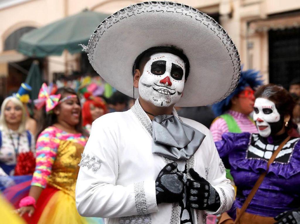 Tidak hanya badut profesional banyak warga juga mengukuti parade ini. Foto: REUTERS/Guadalupe Pardo