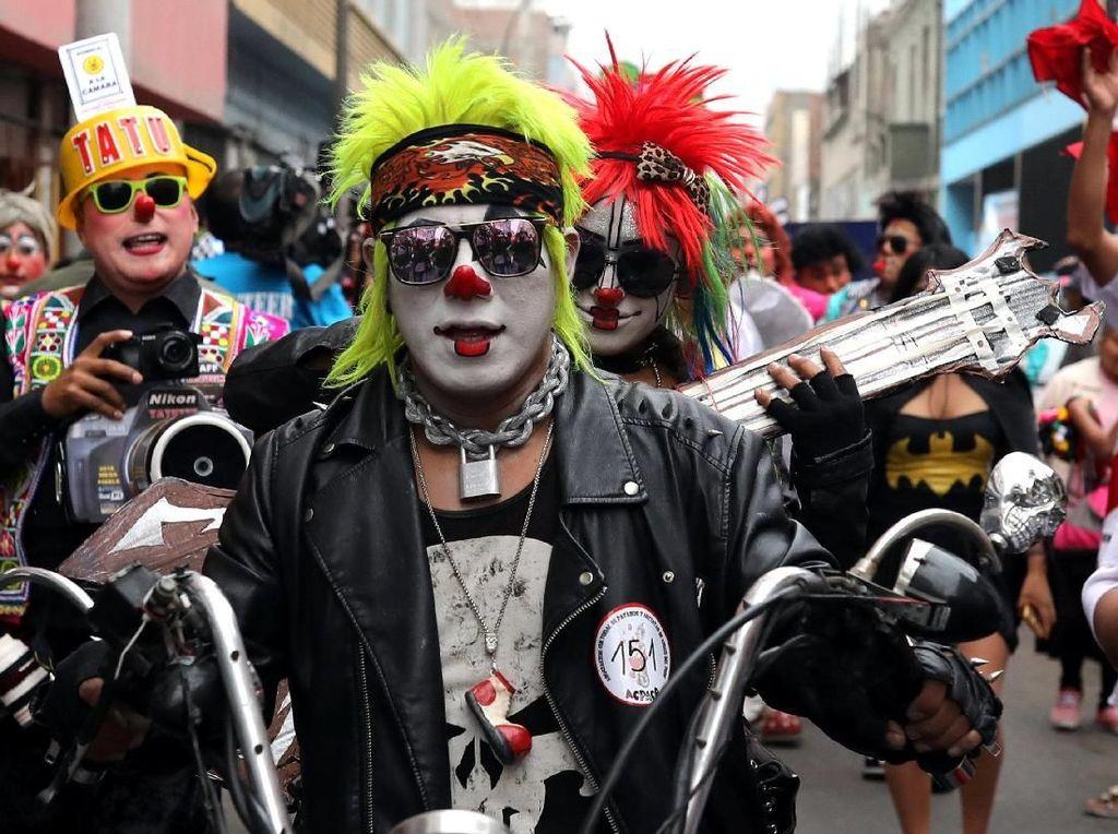 Kegiatan ini dilakukan setiap tahunnya untuk memperingati sosok badut yang paling terkenal di Peru, yaitu Tony Perejil yang selalu mendatangi warga Lima dan memberikan motivasi kepada anak-anak. Foto: REUTERS/Guadalupe Pardo