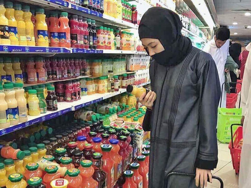 Mantap Berhijab, Indah Dewi Pertiwi Tetap Hobi Kulineran