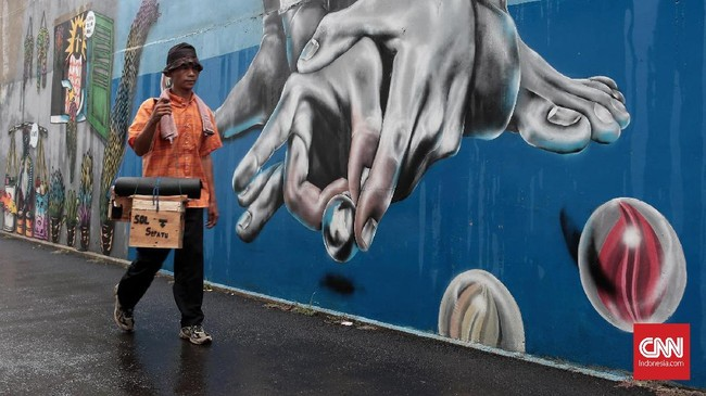 Tak banyak warga kawasan Gang Abdul Jabar, Jagakarsa, hilir mudik di siang hari. Namun mural karya mereka meramaikan kawasan tersebut terutama di bulan suci Ramadan tahun ini. (CNN Indonesia/Andry Novelino)