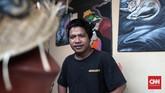 Saipul Bahri, seniman lulusan Institut Seni Indonesia (ISI) Yogyakarta adalah dalang di balik mural-mural cantik Gang Abdul Jabar. Dalam menciptakan mural ini, ia dibantu pihak RT dan seniman lukis IKJ. (CNN Indonesia/Andry Novelino)
