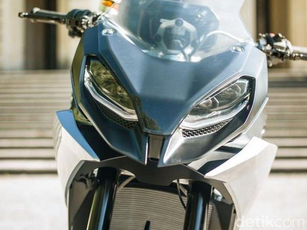 Karena motor ini didesain untuk petualang, motor pun dibekali dengan windshield untuk proteksi pengendara. Foto: BMW