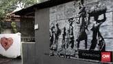 Tembok rumah, tembok pagar, dinding di tepi jalan, semua bak kanvas bagi kreativitas warga Gang Abdul Jabar, Jagakarsa.(CNN Indonesia/Andry Novelino)