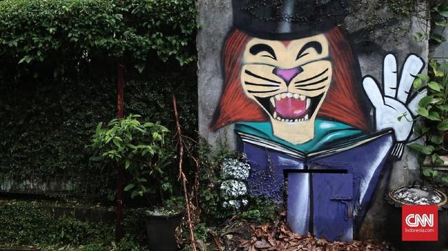 Namun, sejumlah objek untuk digambar juga berasal dari fantasi para warga terutama untuk membuat suasana lebih ceria bagi anak-anak. (CNN Indonesia/Andry Novelino)