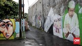Kegiatan melukis mural oleh warga Gang Abdul Jabar, biasanya dimulai pada malam hari sampai subuh dan dilakukan secara bergotong-royong. (CNN Indonesia/Andry Novelino)