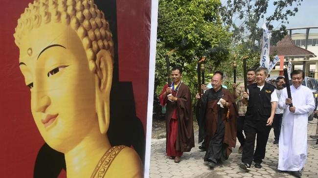 Bagi umat Buddha, Pindapatta merupakan ladang yang subur untuk menanam jasa kebajikan sebab berdana kepada mereka yang menjalani kehidupan suci merupakan suatu berkah yang utama. (ANTARA FOTO/Hendra Nurdiyansyah/kye/18)
