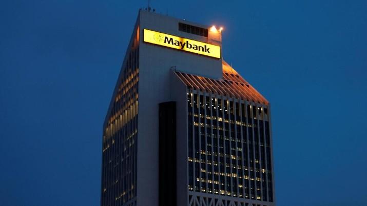 FILE PHOTO - Maybank Tower, the headquarters of Maybank, is seen in Kuala Lumpur April 5, 2013.   REUTERS/Bazuki Muhammad/File Photo