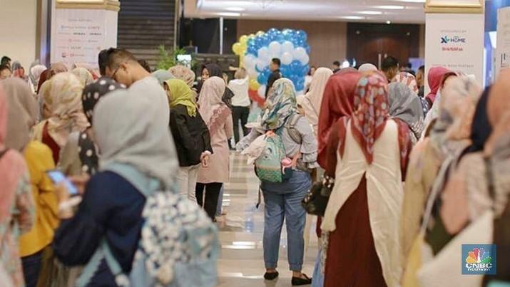 Masyarakat dewasa ini sangatlah antusias bila melihat diskon dan koleksi terbaru dari busana muslim.