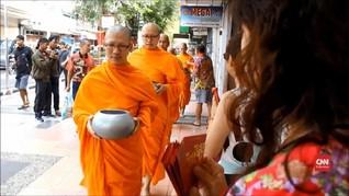 VIDEO: Biksu Jalani Pindapatta di Magelang Sambut Waisak