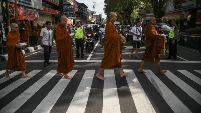 Sejumlah biksu melaksanakan prosesi Pindapata atau mengumpulkan sumbangan dari warga di sepanjang Jalan Pemuda, Magelang, Jawa Tengah, Senin (28/5). (ANTARA FOTO/Hendra Nurdiyansyah/kye/18)