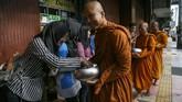 Pindapatta dilaksanakan oleh para Biksu/ Biksuni dengan cara berjalan kaki dengan kepala tertunduk sambil membawa Patta/ Patra (mangkok makanan) untuk menerima dana dari umat guna menunjang kehidupannya. (ANTARA FOTO/Hendra Nurdiyansyah/kye/18)