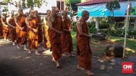 Cara Biksu Jalani Tradisi Buddha di Indonesia