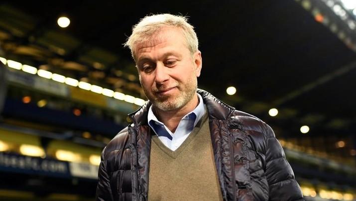 Klub sepak bola yang dimiliki Roman Abramovich ini tak boleh melakukan transfer atau jual beli pemain dalam satu musim kompetisi.