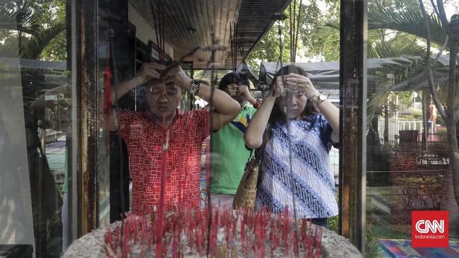 Pada perayaan Tri Suci Waisak 2562 BE, umat Buddha doa bersama untuk menjaga kebersamaan dalam keberagaman serta perdamaian di Indonesia. (CNNIndonesia/Adhi Wicaksono)