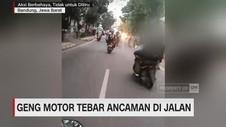 Geng Motor Acungkan Samurai Sambil Zigzag di Jalanan