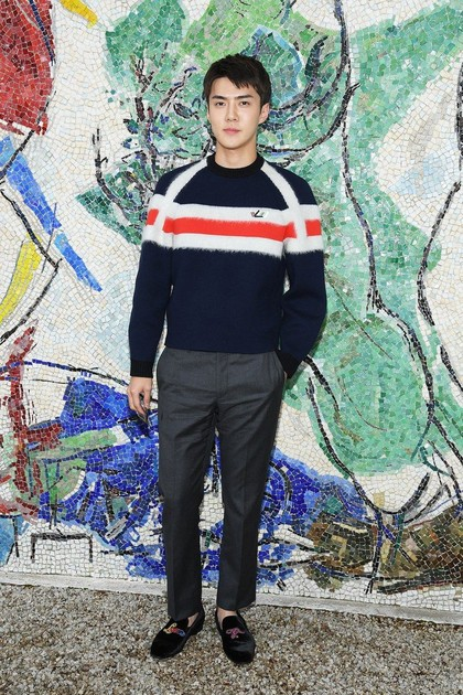 Vogue Sebut Sehun EXO Pria Paling Stylish di Fashion Show Louis Vuitton