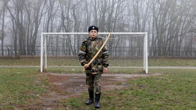 Seorang kadet memegang pedang tiruan di depan tempatnya berlatih yaitu di Stavropol. (REUTERS/ Eduard Korniyenko)