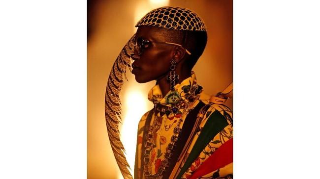Untuk koleksi Gucci kali ini, ada banyak detail dan aksen yang membuat takjub. Di antaranya akan mengingatkan pada karakter Baudelaire atau Burton, bernuansa kelam dan seram tapi menyatu dengan gaya rock'n'roll retro yang mengesankan. (REUTERS/Jean-Paul Pelissier)