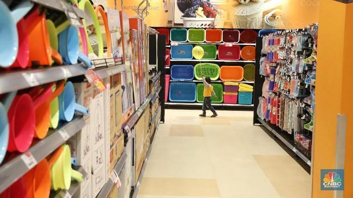 Pelaku ritel terutama toko swalayan kebutuhan pokok mengalami limpahan omzet saat pandemi corona.