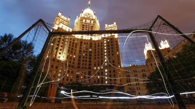 Sebuahgawang berdiri dengan lantang di salah satu gedung era Stalin di Moscow. (REUTERS/ Maxim Shemetov)