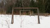Gawang 'ala kadarnya' menjadi bukti mengakarnya sepak bola di Desa Verkhnyaya Biryusa, Krasnoyarsk. (REUTERS/ Ilya Naymushin)
